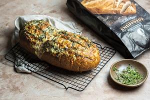 Pull apart urte- og hvitløksbrød med kneippbrød
