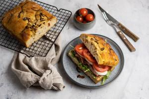 Focaccia sandwich med spekeskinke og mozzarella